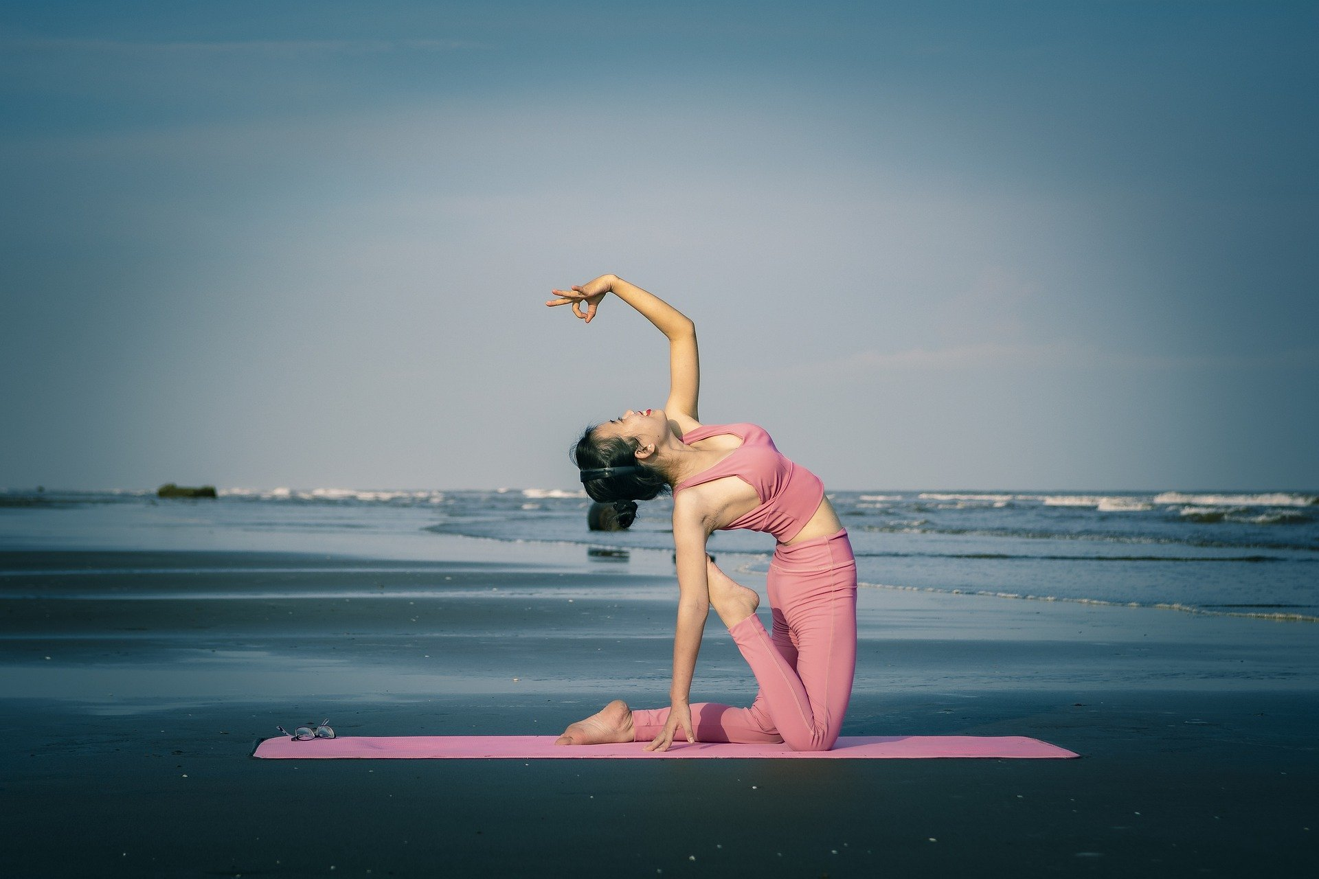 Žena jóga pláž