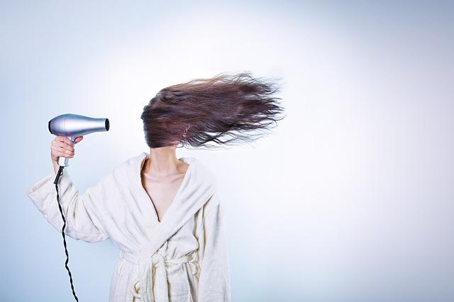sušení vlasů fénem.jpg