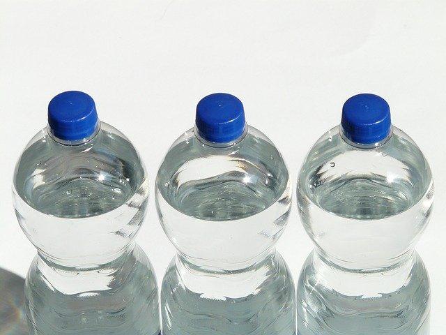 plastové láhve s vodou