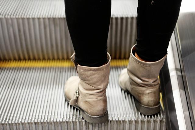 nohy na eskalátoru